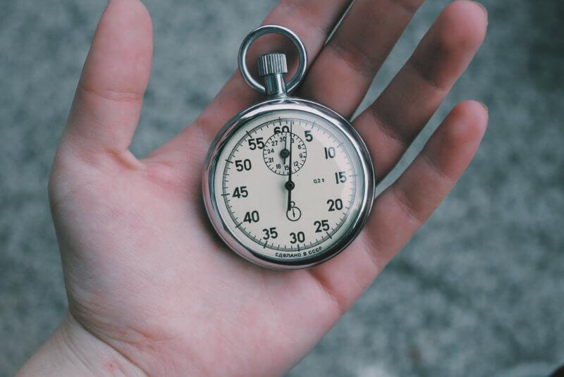 ręka trzymająca zegarek
