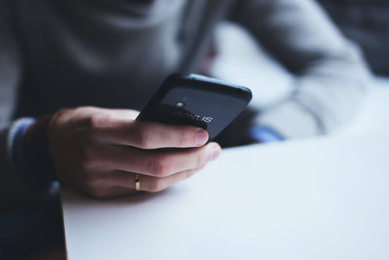 osoba używająca telefon