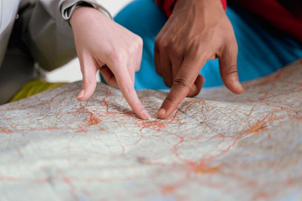 ludzie pokazujący punkt na mapie